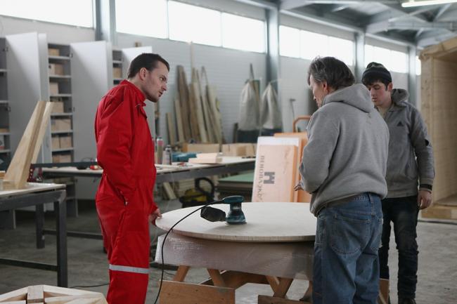 Производство мебели. Иван Овчинников – слева. Фотография предоставлена Иваном Овчинниковым