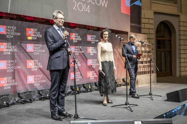 Гостей Премии Best Office Awards приветствует управляющий директор и владелец компании Ost-West-Partner ГмбХ Берндт Фихтнер. Фотография предоставлена организатором.
