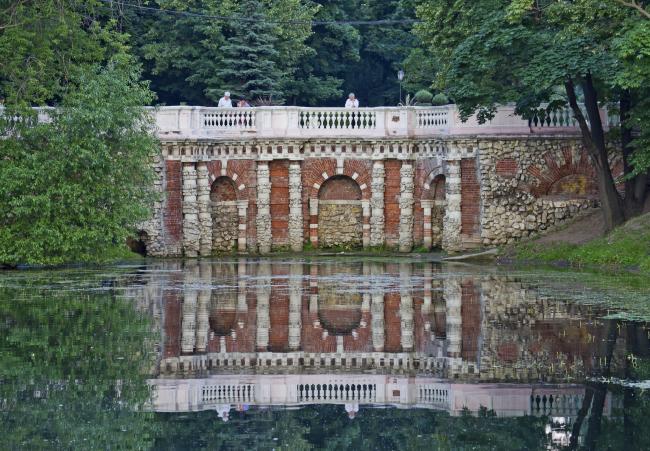 Грот в Лефортовском парке. Источник: wikimedia.org