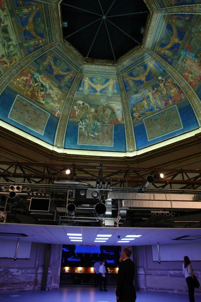 Экспозиция «Потолок»: типичный потолок современного здания совмещен с расписным куполом начала XX века © Нина Фролова