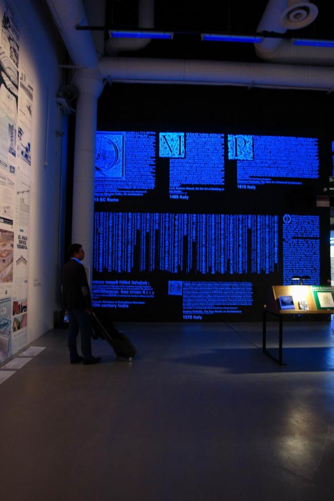 Вид центрального зала. На стене - выдержки из главных архитектурных текстов всех времен © Нина Фролова