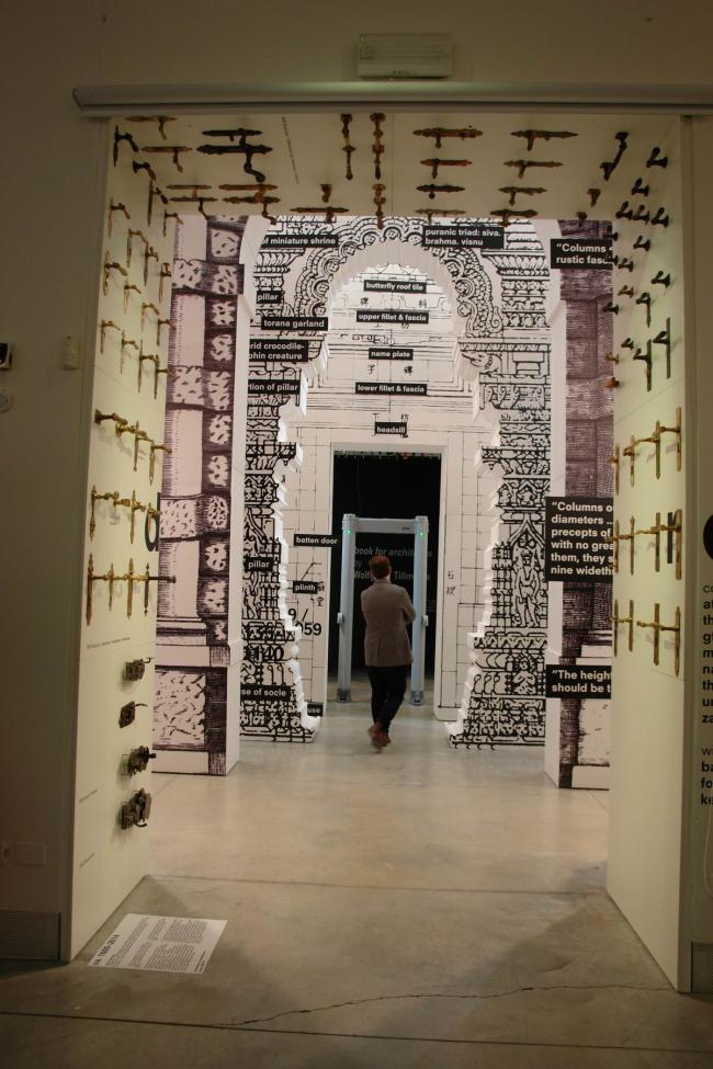 «Дверь»: порталы разных столетий, хронология завершается рамкой металлоискателя © Нина Фролова