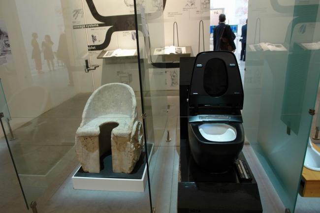 Древнейший аналог современного унитаза - стульчак из римских терм Каракаллы (100-200 н.э.) и современный японский унитаз Inax Satis (модель 2013) © Нина Фролова