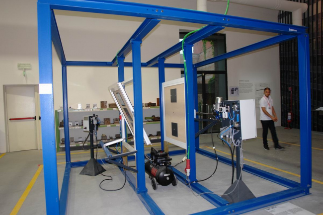 «Окно»: раздел устроен как цех по производству и тестированию (на фото) стеклопакетов © Нина Фролова