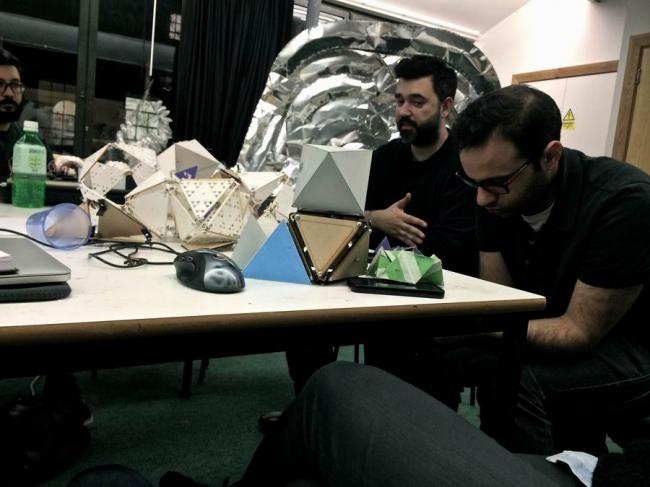 Во главе стола - руководитель AA DRL Теодор Спиропулос, справа - его помощник Мустафа Эль Сайед. Фото: студенты AA. Предоставлено Дмитрием Аранчием