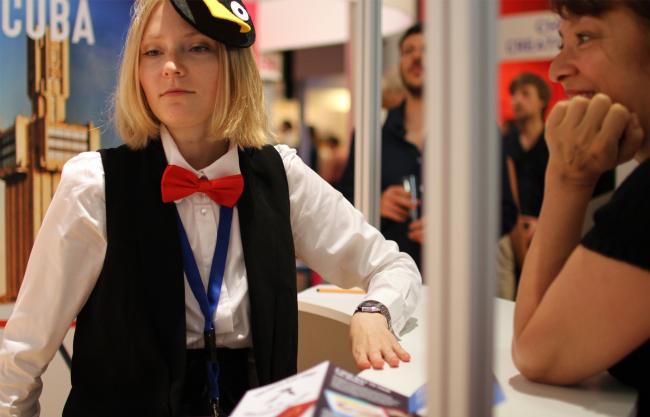 Стенд Archipelago tour, девушка с пингвином на шапке. Фотография Юлии Тарабариной