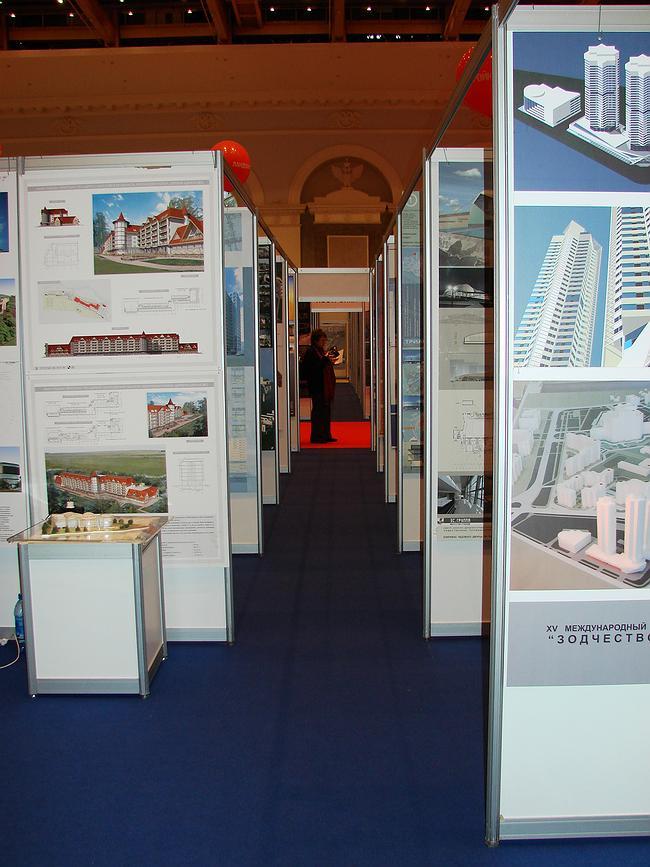 Центральная конкурсная экспозиция – традиционно тесноватая, Посторойки и Проекты, претендующие на «Хрустального Дедала»