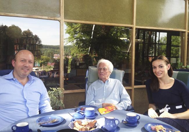 Фрай Отто (в центре) у себя дома с Петером Эбнером и Елизаветой Клепановой. Фото: Ingrid Otto