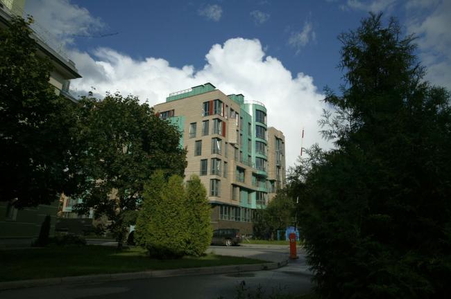 Жилой дом на Константиновском проспекте. 2006 © «А.Лен»