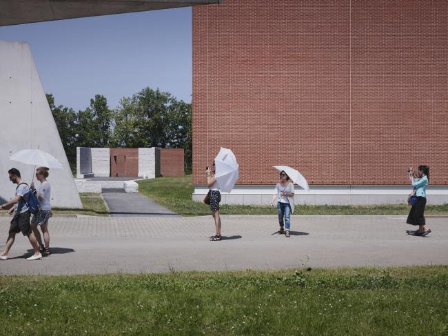 Променад Алваро Сиза и построенный им цех. Фото: Julien Lanoo © Vitra