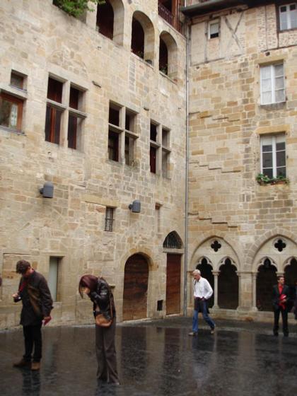 Музей Шампольона и письменности мира. Внутренний двор. Его вымостка из черного гранита - копия Розеттского камня
