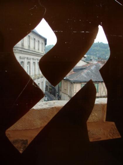 Музей Шампольона и письменности мира. Вид на город через прорезь в фасаде