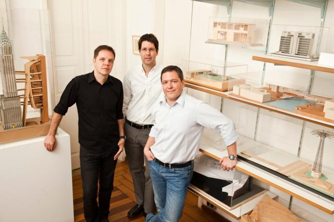 Бюро BCMF Arquitetos было основано в 2001 в Белу-Оризонти архитекторами (слева направо) Силвио Тодески, Бруно Кампосом и Марсело Фонтисом. Фото © BCMF Arquitetos