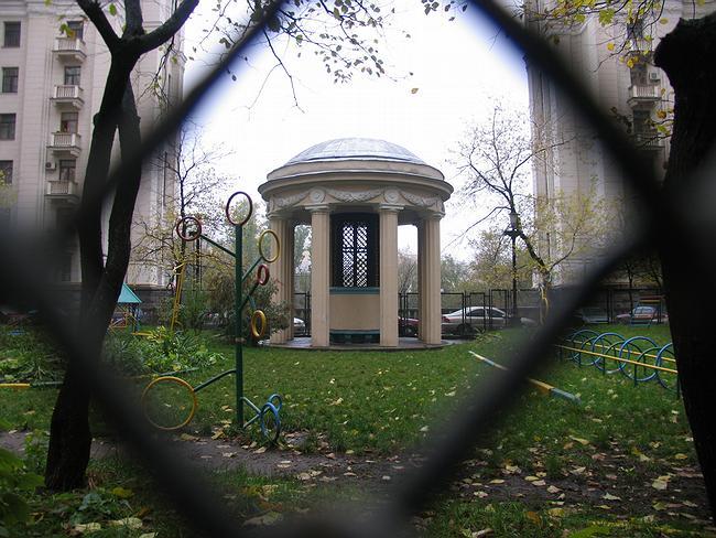 Ротонда во внутреннем дворе дома, за которой спрятана вытяжка из метро