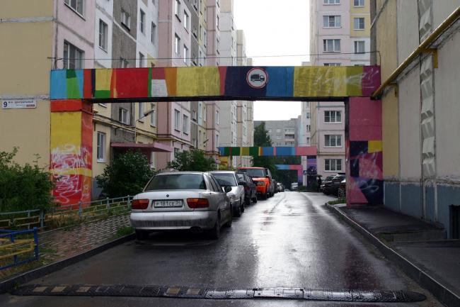 Цветные ворота. Микрорайон Центральный. Фото Марины Игнатушко