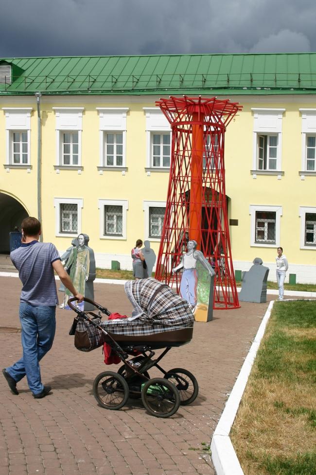 Красная башня – копия Шуховской башни в Выксе. Инсталляция  посвящена великим людям из провинциальных  городов. Фото Марины Игнатушко