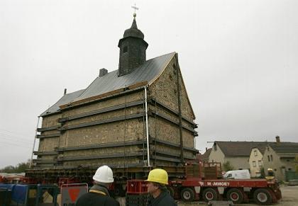 Церковь Эммауса (XIII век) в процессе перевозки