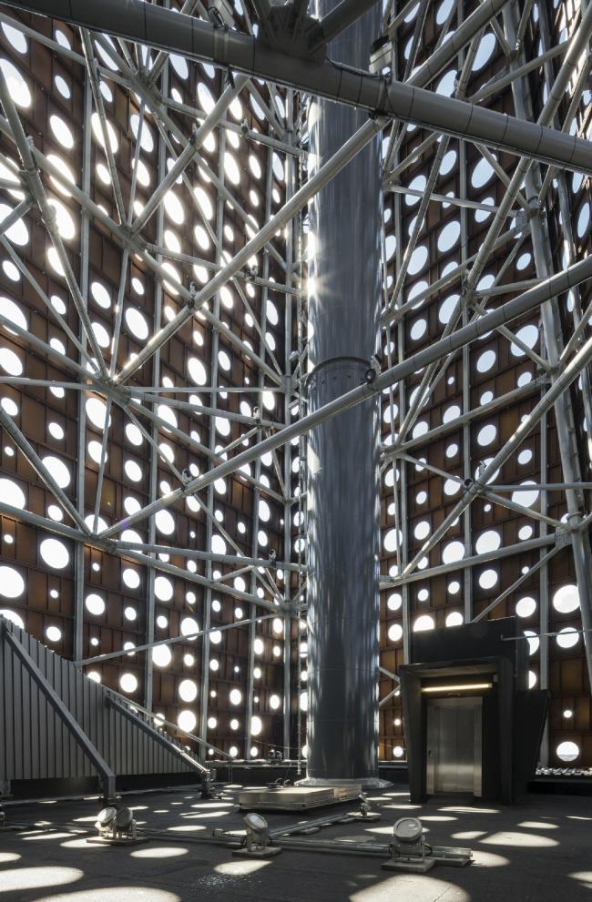 Труба внутри перфорированной оболочки «башни». Мусоросжигательный завод в Роскилле © Designed by Erick van Egeraat /Tim Van de Velde