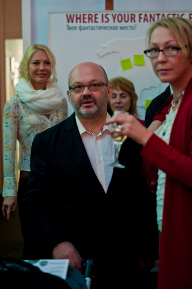 Оскар Мамлеев на вручении Премии имени Чернихова «Вызов времени-2010» мастерской Fantastic Norway. Справа–советник по культуре Посольства Норвегии Марит Ингвилл Санде