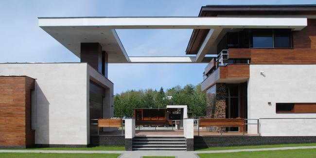 Подмосковный загородный дом. Сложная металлическая конструкция навеса над террасой между главным и гостевым домом ©Четвертое Измерение