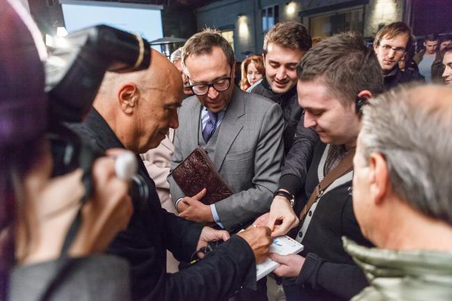 Массимилиано Фуксас раздает автографы после лекции в Институте «Стрелка». Фото: Михаил Голденков / Институт «Стрелка»