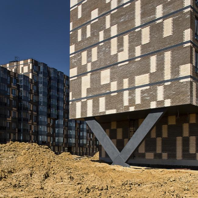 Жилой комплекс в Апрелевке. Приподнятая на v-образной опоре торцевая часть жилого корпуса © АБ Остоженка