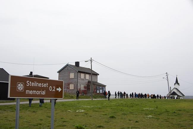 Участники симпозиума направляются к Мемориалу Стейлнесет в Вардё. Фото © NAF / Øystein Nermo