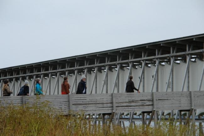 Петер Цумтор (в центре) и участники симпозиума у Мемориала Стейлнесет. Фото: Нина Фролова