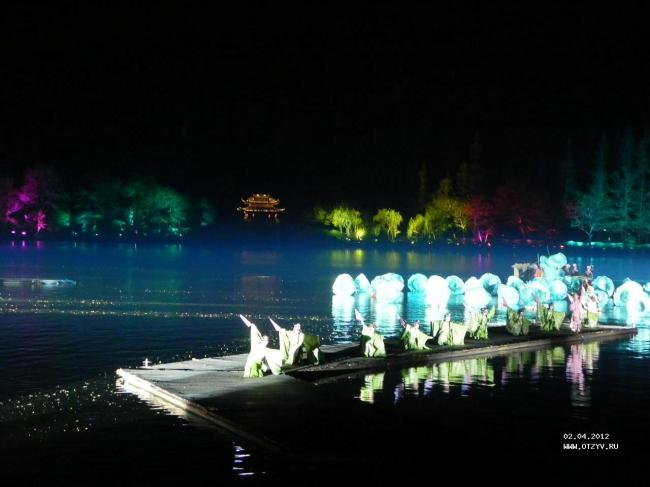 В китайской культуре давно появилась и продолжает активно поддерживаться традиция проведения мероприятий на открытом воздухе, в том числе и на воде. Так, сегодня одна из достопримечательностей города Ханчжоу – зрелищные фестивали, в которых задействована и водная гладь, и берега, и понтонные обзорные площадки