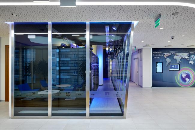Московский технологический центр Microsoft. Стеклянная огнестойкая наклонная перегородка серверной © UNK project