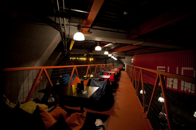 Кафе-бар «Funky Банки» в Москве. Студия ПланАР (Наталия Воинова, Илья Мукосей), проект 2009-10, реализация 2010. Фото предоставлено студией «ПланАР»