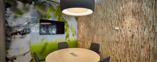 Офис Алкогольной сибирской группы. Переговорная, решенная в стиле бренда «Белая березка» © UNK project