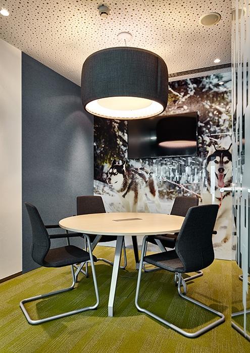 Офис Алкогольной сибирской группы. Переговорная. оформленная в стиле бренда «Хаски» © UNK project