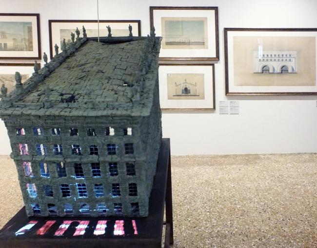 Вид экспозиции с работой Александра Бродского. Фотография © Сергей Хачатуров