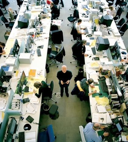 Норман Фостер в своей мастерской
