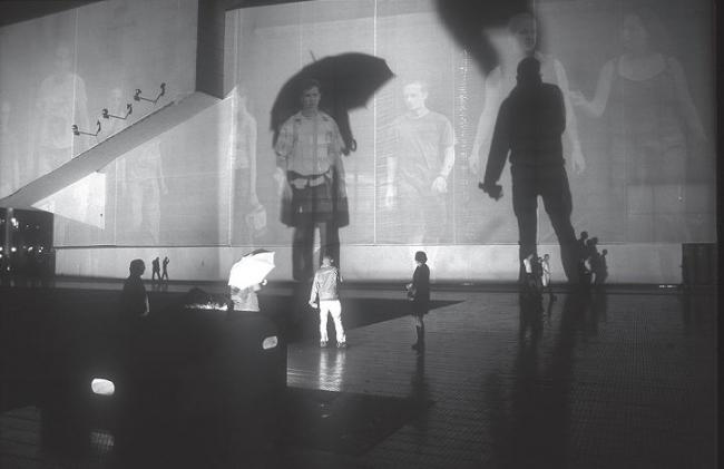 Рафаэль Лозано-Хеммер. Кино тела, Архитектура отношений 6. 2001–2006. Масштабная интерактивная инсталляция с использованием более 1200 гигантских портретов, которые становятся видимыми, когда на них падают тени прохожих. Впервые реализована V2 на Театральной площади Роттердама. Фото Яна Сприйджа. Изображение © Strelka Press