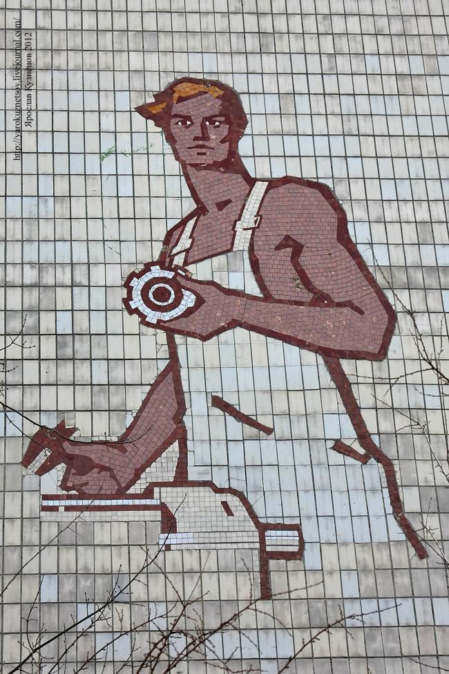 Мозаика на фасаде оптико-механического техникума. Киев, ул. Анищенко, 6. Фотография © Ярослав Кузнецов, yarokuznetsov.livejournal.com