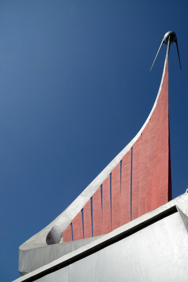 Памятный знак «Первый искусственный спутник Земли» на пересечении Сиреневого бульвара и 9-й Парковой улицы (Александр Ларин, 1977). Фотография © Алексей Народицкий