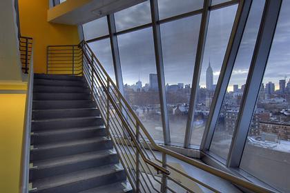Штаб-квартира компании InterActiveCorp в Нью-Йорке. Служебная лестница. © Thomas Mayer