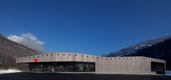 Супермаркет MPREIS в Шёнвисе. Архитекторы Ventira Architekten. Фотография: Ventira Architekten