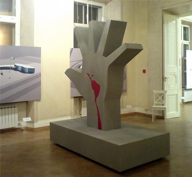 Самый изящный из залов музея архитектуры приютил макет гигантской руки - Мемориала Латинской Америки в Сан-Паулу (1987)