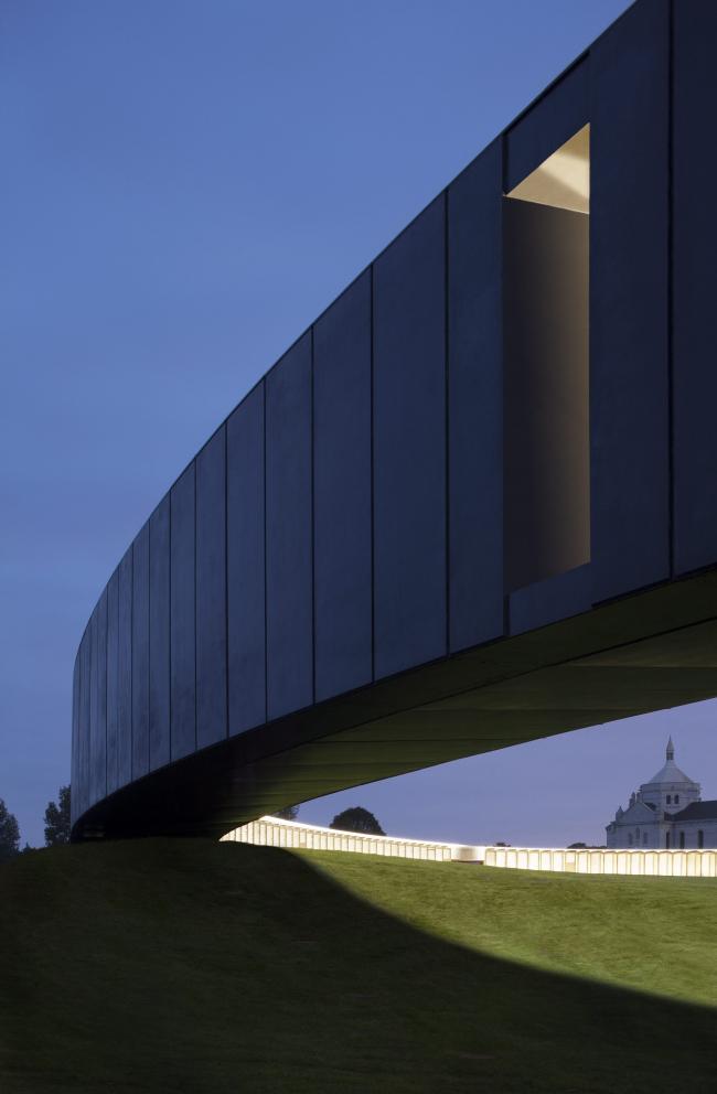 "Международный мемориал Нотр-Дам-де-Лорретт. Фото: Philippe Prost, architecte/AAPP © adagp – Yann Toma, ""La Grande Veilleuse"" © adagp, 2014 © Aitor ORTIZ"