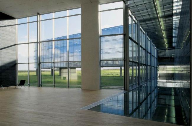 Штаб-квартира Bang & Olufsen в Струере. Холл наполнен воздухом и светом, и это ощущение поддерживается визуально: за окном  «парит» другой корпус  комплекса. Предоставлено Velux