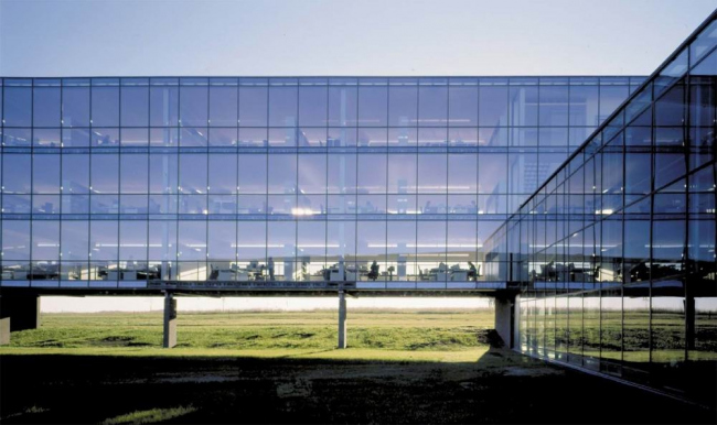 Штаб-квартира Bang & Olufsen в Струере. Парящий корпус  работает как линза, преломляющая  цвета закатов и рассветов. Предоставлено Velux