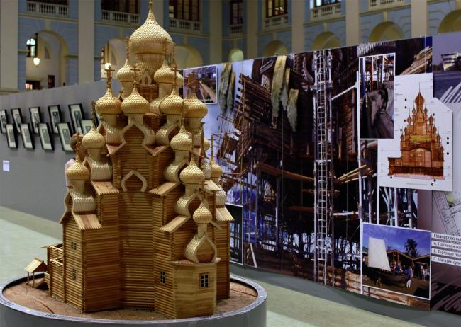 Макет Преображенской церкви для выставки деревянного зодчества был доставлен из музея Кижи в Москву на вертолете. Фестиваль «Зодчество» 2014. Фотография © Юлия Тарабарина, Архи.ру