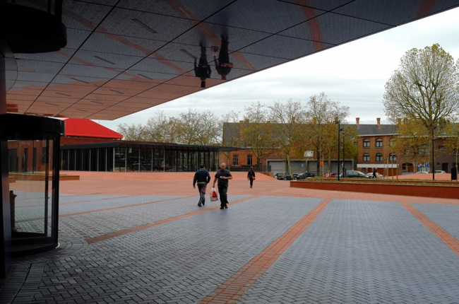 Центр танца Charleroi Danses и отделение полиции. Ateliers Jean Nouvel & MDW Architecture. Фото © Lida Guan