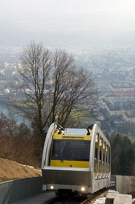Канатная дорога Хунгербургбан. Поезд на склоне над Инсбруком © thomas mayer