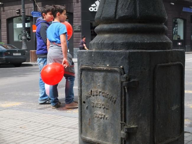 Столб на ул. Абовяна у дома по ул. Арами,30 и дети с шариками © Андрей Иванов