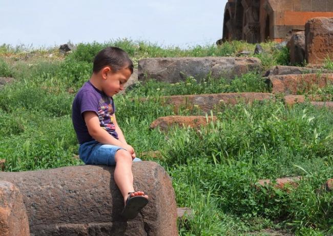 Канакер. Церковь Св.Аствацацин. Мальчик на надгробии © Андрей Иванов