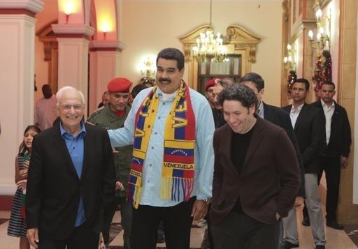 Слева направо: Фрэнк Гери, президент Венесуэлы Николас Мадуро и дирижер Густаво Дюдамель